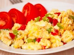 Бъркани яйца със зеленчуци - лук, зелени и червени чушки - снимка на рецептата
